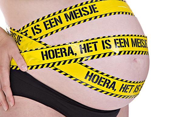 mama moeder hoera het is een meisje zwanger blote buik tape