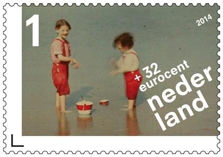 Twee kinderen spelend aan het Noordzeestrand, Anoniem (1907 -1930)