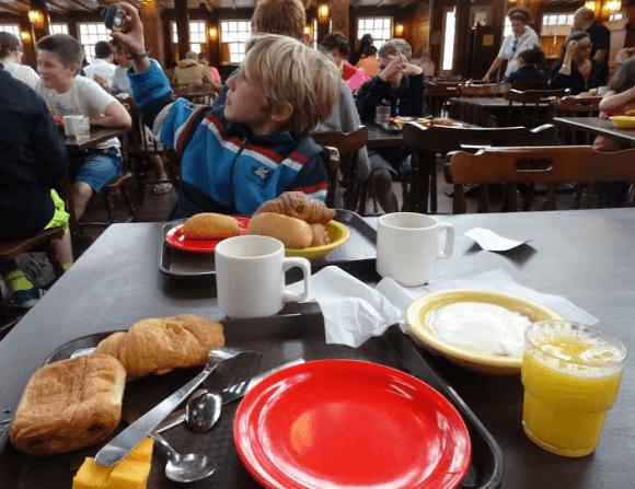 ontbijt-disneyland-parijs-hotel-cheyenne-cowboy-western-copyright-trotse-moeders-1