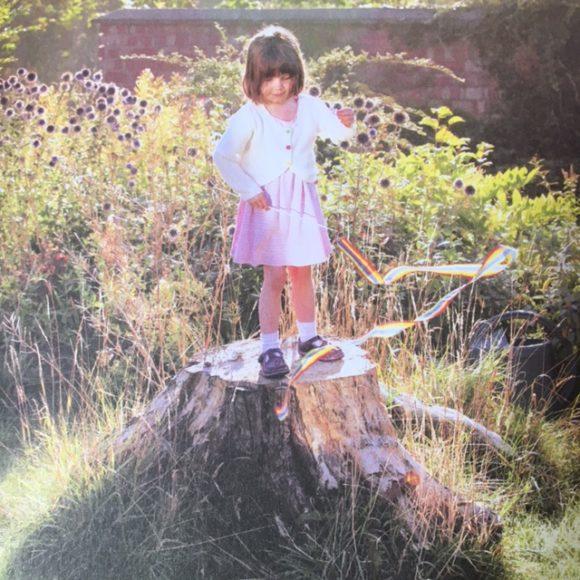 Iris Grace - Iris op haar boomstam