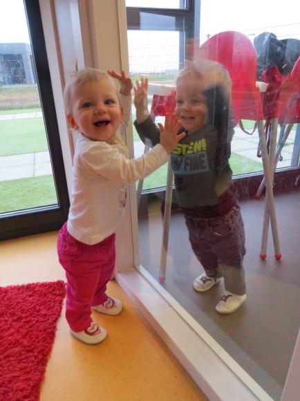 tweeling samen lachen