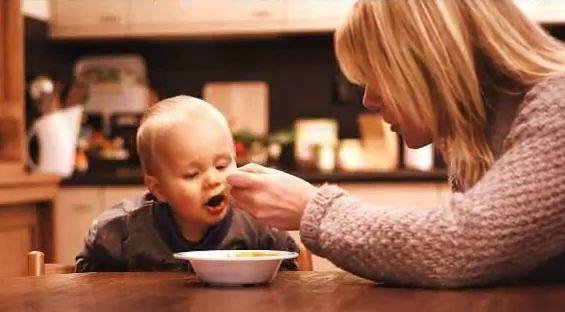 baby voeren mama eten olvarit