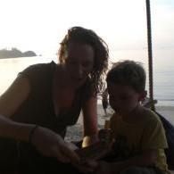 voorleesfoto bij zonsondergang op het strand