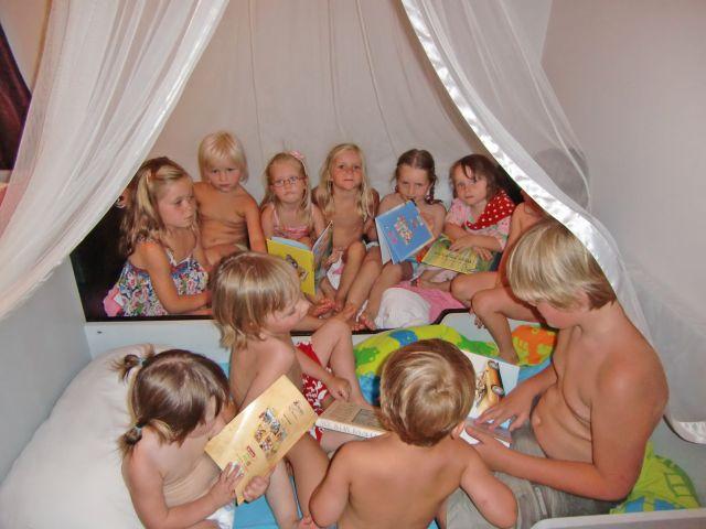 voorleesfoto heel veel kinderen