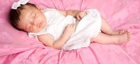 baby, meisje in roze lakens