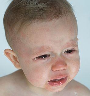kind huilt is verdrietig liggend beeld