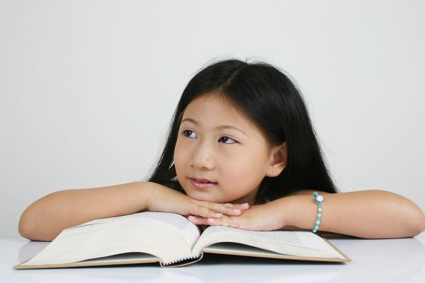 kind meisje lezen boek