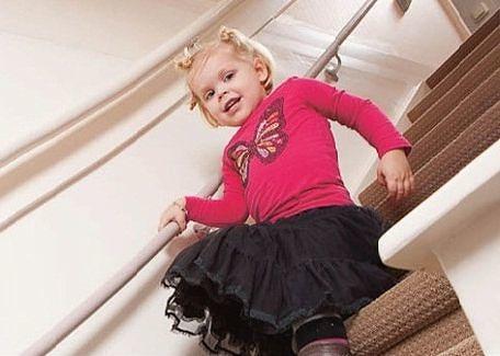 kind van de trap met een kindertrapleuning
