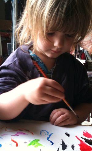meisje is schilderij aan het maken
