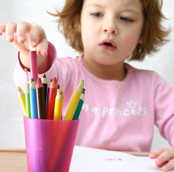 meisje kind kleuren tekenen knutselen liggend beeld