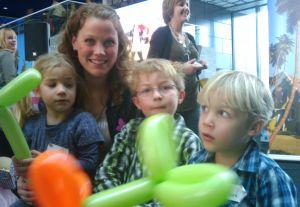 kinderen met ballonnen samen met nienke