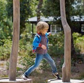 kind die buiten en in de natuur speelt