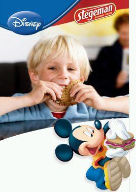 jongen eet boterham met mickey mouse erbij