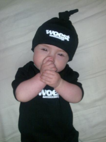 baby duimt met woest aantrekkelijk kleding aan